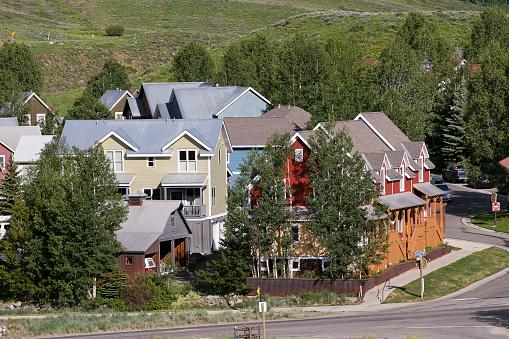 Inexpensive「Affordable neighborhood of mountain homes」:スマホ壁紙(1)