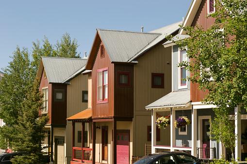 Inexpensive「Affordable neighborhood of mountain homes」:スマホ壁紙(3)