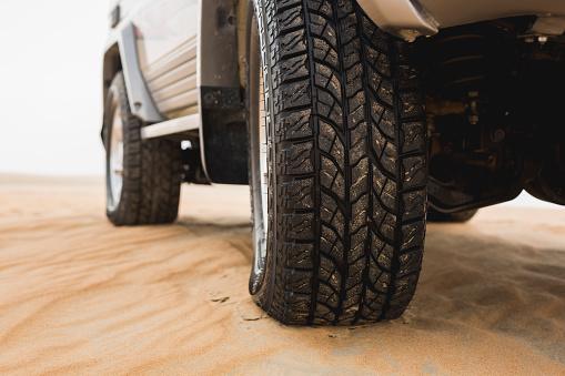 冒険「UAE, Rub al Khali, off-road vehicle parked in the desert, partial view」:スマホ壁紙(10)