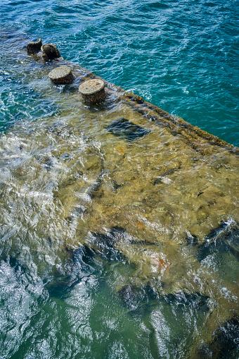 オアフ島「Remains of USS Arizona warship at Arizona Memorial in Pearl Harbor」:スマホ壁紙(16)
