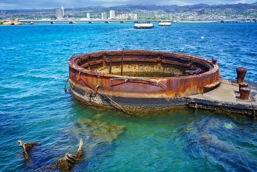 オアフ島「Remains of USS Arizona warship at Arizona Memorial in Pearl Harbor」:スマホ壁紙(18)