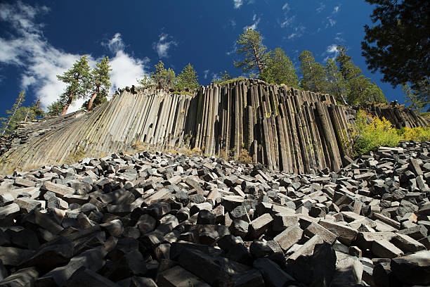 Remains of a lava flow forming rock columns, Devil's Post Pile National Monument:スマホ壁紙(壁紙.com)