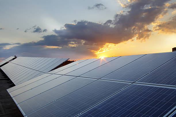 grouping of photovoltaic solar panels on rooftop:スマホ壁紙(壁紙.com)