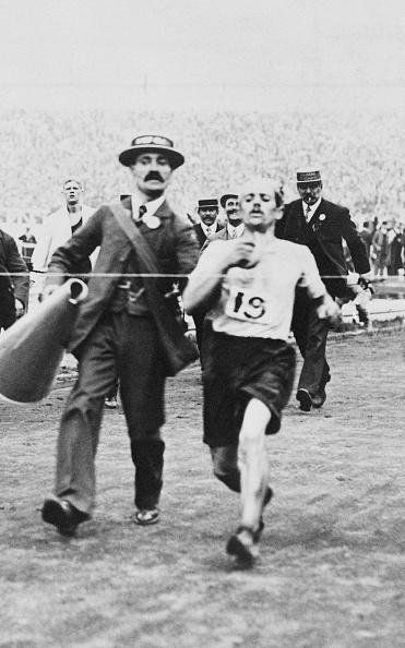 1908年「Pietri Finishes Marathon」:写真・画像(1)[壁紙.com]