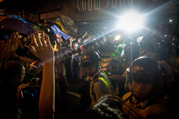 Pushing「Hong Kong Police Continue To Clear Protest Sites」:写真・画像(10)[壁紙.com]