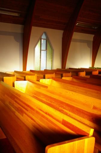 週末の予定「夜の教会の座席」:スマホ壁紙(16)