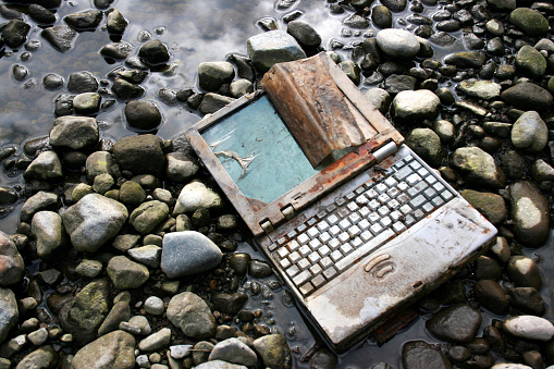 Deterioration「Abandoned and Rusted Laptop Lying on Riverbed」:スマホ壁紙(10)