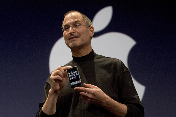 1人「Steve Jobs Unveils Apple iPhone At MacWorld Expo」:写真・画像(1)[壁紙.com]