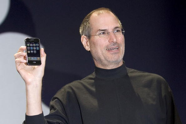 1人「Steve Jobs Unveils Apple iPhone At MacWorld Expo」:写真・画像(13)[壁紙.com]