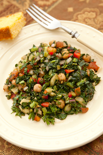 Bulgur Wheat「Chopped vegetable salad of kale, chick-peas and bell peppers with cornbread and a fork ona brown tablecloth」:スマホ壁紙(14)
