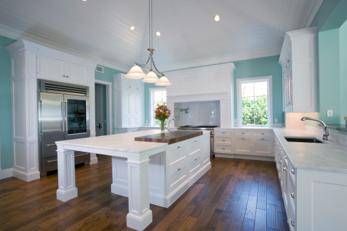 Kitchen Counter「Beautiful Custom Built Kitchen Featuring Island in Estate Home」:スマホ壁紙(5)