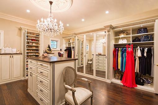 Purse「Beautiful custom closet in an estate home」:スマホ壁紙(4)