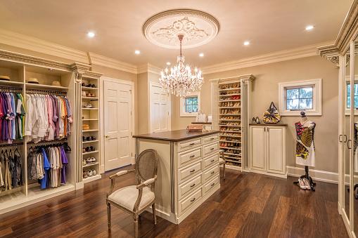 Purse「Beautiful custom closet in an estate home」:スマホ壁紙(14)