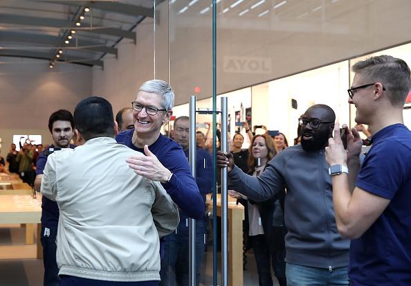 Topix「Apple's New iPhone X Goes On Sale In Stores」:写真・画像(18)[壁紙.com]