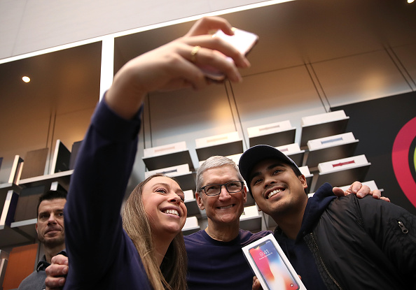 Mobile Phone「Apple's New iPhone X Goes On Sale In Stores」:写真・画像(16)[壁紙.com]