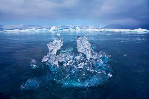 Frozen「Mini iceberg in lake」:スマホ壁紙(2)
