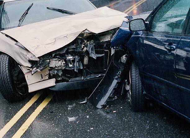 Two damaged cars after crash, close-up:スマホ壁紙(壁紙.com)