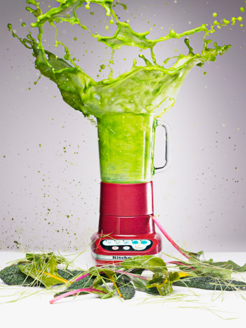 ジュース「Vegetable juice splashing from blender」:スマホ壁紙(19)