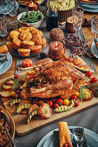 Stuffed Turkey「Family Having Traditional Holiday Stuffed Turkey Dinner」:スマホ壁紙(18)