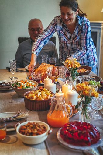 Colorful「家族を持つ伝統的な休日詰めトルコ ディナー」:スマホ壁紙(6)