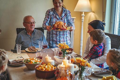 Colorful「家族を持つ伝統的な休日詰めトルコ ディナー」:スマホ壁紙(5)