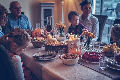 Colorful「家族を持つ伝統的な休日詰めトルコ ディナー」:スマホ壁紙(2)