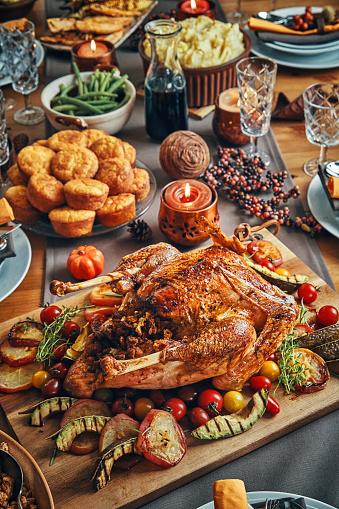 Stuffed Turkey「Family Having Traditional Holiday Stuffed Turkey Dinner」:スマホ壁紙(9)