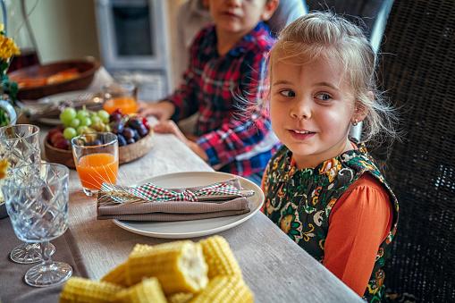 Colorful「家族を持つ伝統的な休日詰めトルコ ディナー」:スマホ壁紙(10)