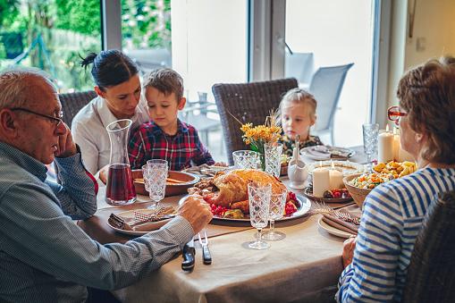 Colorful「家族を持つ伝統的な休日詰めトルコ ディナー」:スマホ壁紙(11)