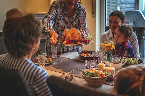Colorful「家族を持つ伝統的な休日詰めトルコ ディナー」:スマホ壁紙(1)