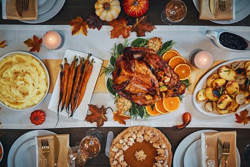 Stuffed Turkey「Family Having Traditional Holiday Stuffed Turkey Dinner」:スマホ壁紙(16)