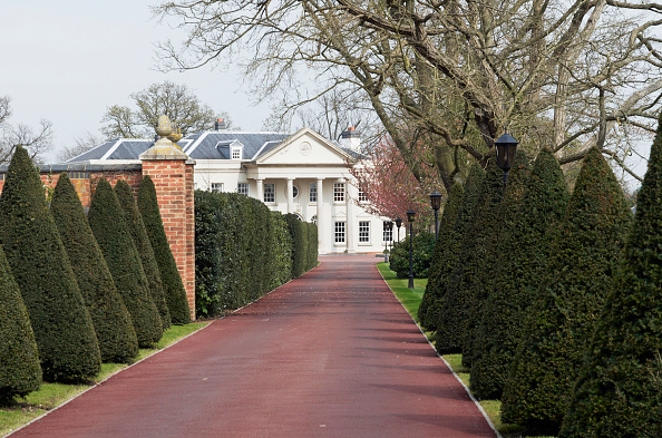 Copy Space「Long driveway leading to stately home, Berkshire, UK」:写真・画像(0)[壁紙.com]