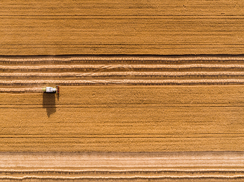 Combine Harvester「Serbia, Vojvodina. Combine harvester on a field of wheat, aerial view」:スマホ壁紙(13)