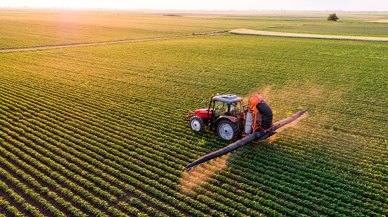 Spraying「Serbia, Vojvodina, Aerial view of a tractor spraying soybean crops」:スマホ壁紙(12)