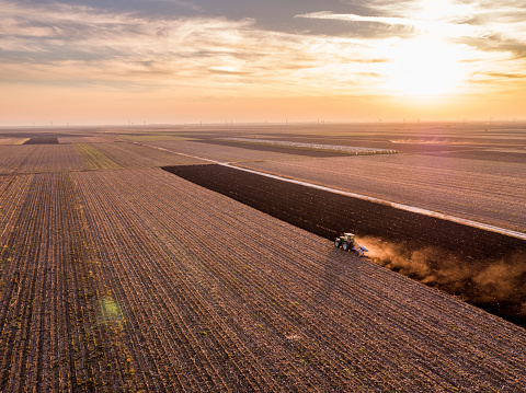 Plowed Field「Serbia, Vojvodina. Tractor plowing field at sunset」:スマホ壁紙(11)