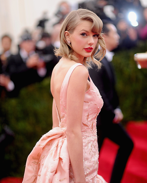 "Taylor Swift「""Charles James: Beyond Fashion"" Costume Institute Gala - Arrivals」:写真・画像(14)[壁紙.com]"