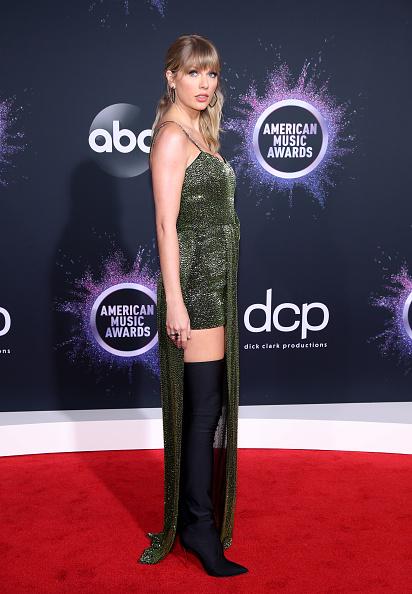 Thigh High Slit「2019 American Music Awards - Arrivals」:写真・画像(6)[壁紙.com]
