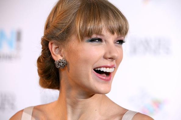 Smiling「26th Annual ARIA Awards 2012 - Arrivals」:写真・画像(1)[壁紙.com]