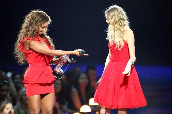 Females「2009 MTV Video Music Awards - Show」:写真・画像(9)[壁紙.com]