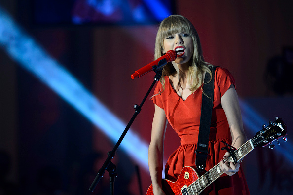 Guitar「Taylor Swift Switches On Westfield London Christmas Lights」:写真・画像(13)[壁紙.com]