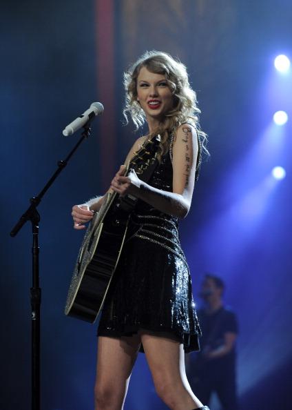 """Guitar「Taylor Swift """"Speak Now World Tour"""" In New York City - November 22, 2011」:写真・画像(14)[壁紙.com]"""