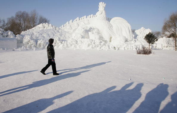Ice Sculpture「Labourers Prepare Ice And Snow Festival In Harbin」:写真・画像(0)[壁紙.com]