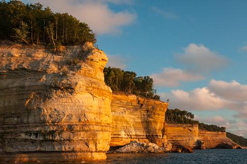 Great Lakes「Cliffs along Lake Superior shoreline at sunset, Pictured Rock National Lakeshore, Michigan, USA」:スマホ壁紙(2)