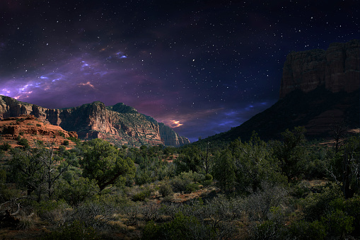 星空「Desert landscape and night sky, Sedona, Arizona, United States」:スマホ壁紙(4)