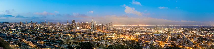 アメリカ合衆国「青の時間全体のサンフランシスコのスカイラインのパノラマ。」:スマホ壁紙(8)