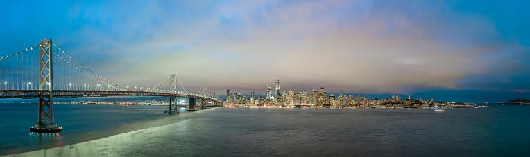 アメリカ合衆国「ベイブリッジをサンフランシスコのスカイラインのパノラマで青の時間。」:スマホ壁紙(7)