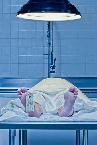 女「Corpse on examination table with toe tag」:スマホ壁紙(4)