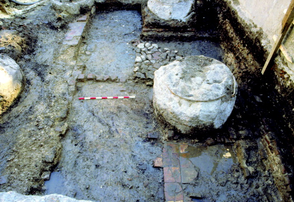 Tiled Floor「Southern room of John Cholmley's house, with a wall foundation on the left, the remains of a tiled floor in the foreground and a stone, brick and tile chimney base in the background; from the 1988–90 excavations at the Rose playhouse, 2–10 Southwark Br」:写真・画像(0)[壁紙.com]