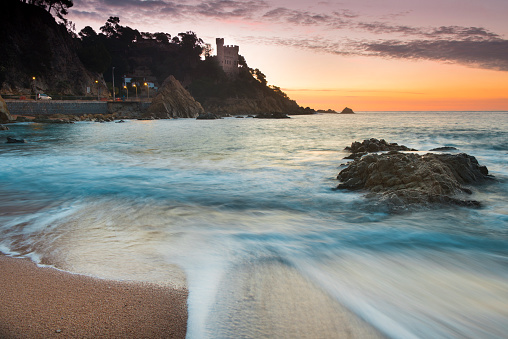 20th Century Style「Spain, Costa Brava, Lloret de Mar, view from the beach to Castillo de los Plaja at sunrise」:スマホ壁紙(4)