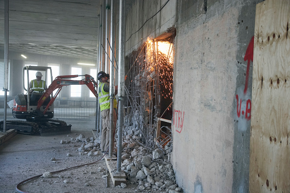 Concrete「Cutting through reinforced steel bar during demolition of former stock exchange, London, UK」:写真・画像(3)[壁紙.com]